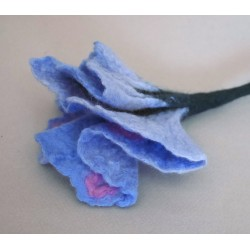 Fleur en laine feutrée à la...